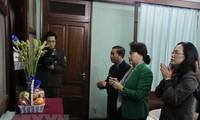 Parlamentspräsidentin Nguyen Thi Kim Ngan zündet Räucherstäbchen für Präsident Ho Chi Minh an
