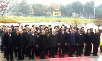 Partei- und Staatschefs besuchen Ho Chi Minh-Mausoleum