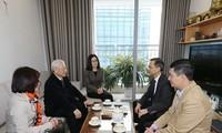 KPV-Generalsekretär Nguyen Phu Trong zündet Räucherstäbchen für verstorbene Parteichefs an