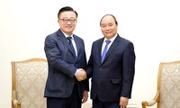 Premierminister Nguyen Xuan Phuc empfängt Samsung-Generaldirektor