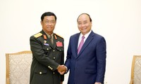 Premierminister Nguyen Xuan Phuc empfängt Delegation aus Laos