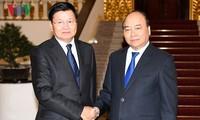 Premierminister Nguyen Xuan Phuc empfängt den laotischen Premierminister Thongloun Sisoulith