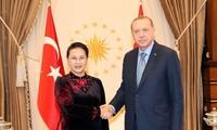 Parlamentspräsidentin Nguyen Thi Kim Ngan führt Gespräch mit dem türkischen Parlamentspräsidenten