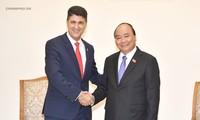 Premierminister Nguyen Xuan Phuc empfängt den Vorsitzenden des Konzerns Coca Cola
