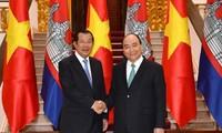 Premierminister Nguyen Xuan Phuc führt Gespräch mit dem kambodschanischen Premierminister