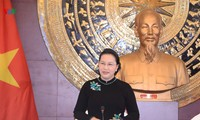 Parlamentspräsidentin trifft Mitarbeiter der vietnamesischen Botschaft in China