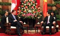ประธานประเทศให้การต้อนรับอดีตประธานกลุ่มสส.มิตรภาพญี่ปุ่น-เวียดนามและรัฐมตรีต่างประเทศแคนาดา