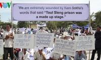 ชาวกัมพูชาประท้วงฝ่ายต่อต้านแถลงปฏิเสธโทษกรรมที่หดร้ายของระบอบเขมรแดง