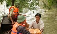 พุทธศาสนิกชนวัด เฝิดติ๊ก ในประเทศลาวบริจาคเงินช่วยชาวภาคกลางที่ประสบภัยธรรมชาติ