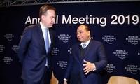 นายกรัฐมนตรีเวียดนามสนทนากับประธานWEFเกี่ยวกับเวียดนามและโลก