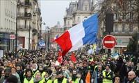 """ฝรั่งเศส -  ผู้ชุมนุม """"เสื้อกั๊กเหลือง"""" หลายพันคนยังคงเดินขบวนประท้วง"""