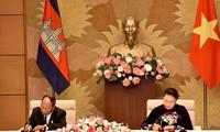 ประธานสภาแห่งชาติเวียดนามเจรจากับประธานรัฐสภากัมพูชา