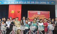 越南残疾人和孤儿保护协会向广平省残疾儿和孤儿赠送礼物和助学金