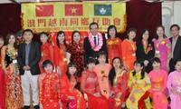 越南驻中国大使邓明魁探望旅华越南人