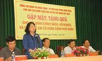 越南国家副主席邓氏玉盛探望广南省政策优抚家庭