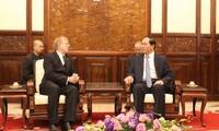 陈大光会见前来辞行拜会的加拿大驻越大使迪瓦恩