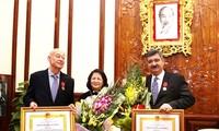 越南向国际SOS儿童村名誉主席和现任主席授予三级劳动勋章