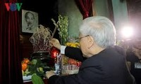 越共中央总书记阮富仲上香缅怀胡志明主席