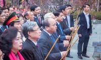 越南政府总理阮春福出席栋多丘庙会