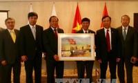 越南通讯传媒部向驻日大使馆赠送摄影作品和系列记录片《2017年探索越南》