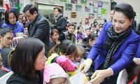 越南国会主席阮氏金银向癌症儿童赠送礼物