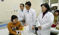 越南政府副总理武德担视察肿瘤医院并探望病人