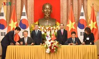 韩国总统文在寅结束对越南的国事访问