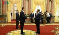 越南国家主席陈大光会见前来递交国书的各国驻越大使