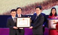 越南政府副总理王庭惠向南定省4个县颁发新农村建设达标决定和证书