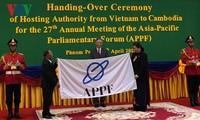 越南国会将亚太议会论坛轮值主席职务移交给柬埔寨