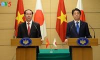 越南国家主席陈大光与日本首相安倍晋三共同主持记者会