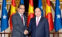 越南政府总理阮春福会见密克罗尼西亚联邦国会议长韦斯利·西米纳