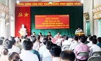 越南国会副主席杜伯巳与老街省巴刹县选民进行接触
