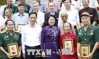 越南国家副主席邓氏玉盛会见南定省为国立功者代表团