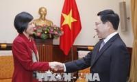 越南政府副总理兼外长范平明会见加拿大驻越大使平•基特尼克尼