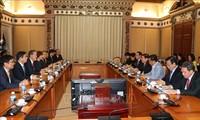 胡志明市领导人会见韩国全国经济人联合会会长许昌秀