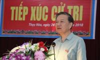 越南公安部长苏林与北宁省选民进行接触