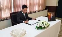 越南驻中国上海总领事馆和越南驻波兰大使馆举行陈大光主席吊唁仪式