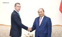 阮春福总理会见外国投资者