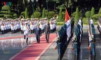 阮春福主持隆重仪式欢迎法国总理访越