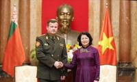 越南国家副主席邓氏玉盛会见白俄罗斯国防部长拉夫科夫