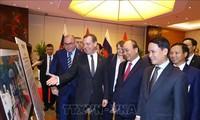 俄罗斯总理参观越俄传统与全面合作关系摄影展