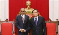 越共中央内政部部长潘庭镯会见新加坡内政部长兼律政部长尚穆根