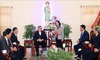 越共中央民运部部长张氏梅看望并向南定省裴珠教区祝贺圣诞节