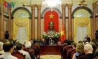 邓氏玉盛会见出席越南文学推介国际会议的代表团