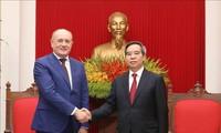 越共中央经济部部长阮文平会见Gazprom高级代表团