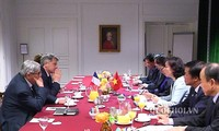阮氏金银会见法国共产党全国书记法比安·鲁塞尔和法国赛峰集团领导