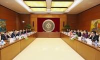 越南国会常务副主席丛氏放与老挝国会副主席宋潘举行会谈