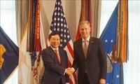 越南和美国继续促进经贸投资与国防合作