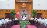 越南政府总理阮春福视察越南电视台